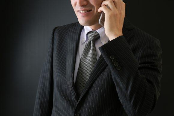 電話をする怪しい男性