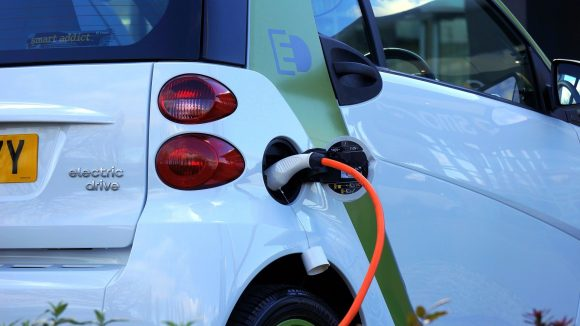 充電中の電気自動車の画像